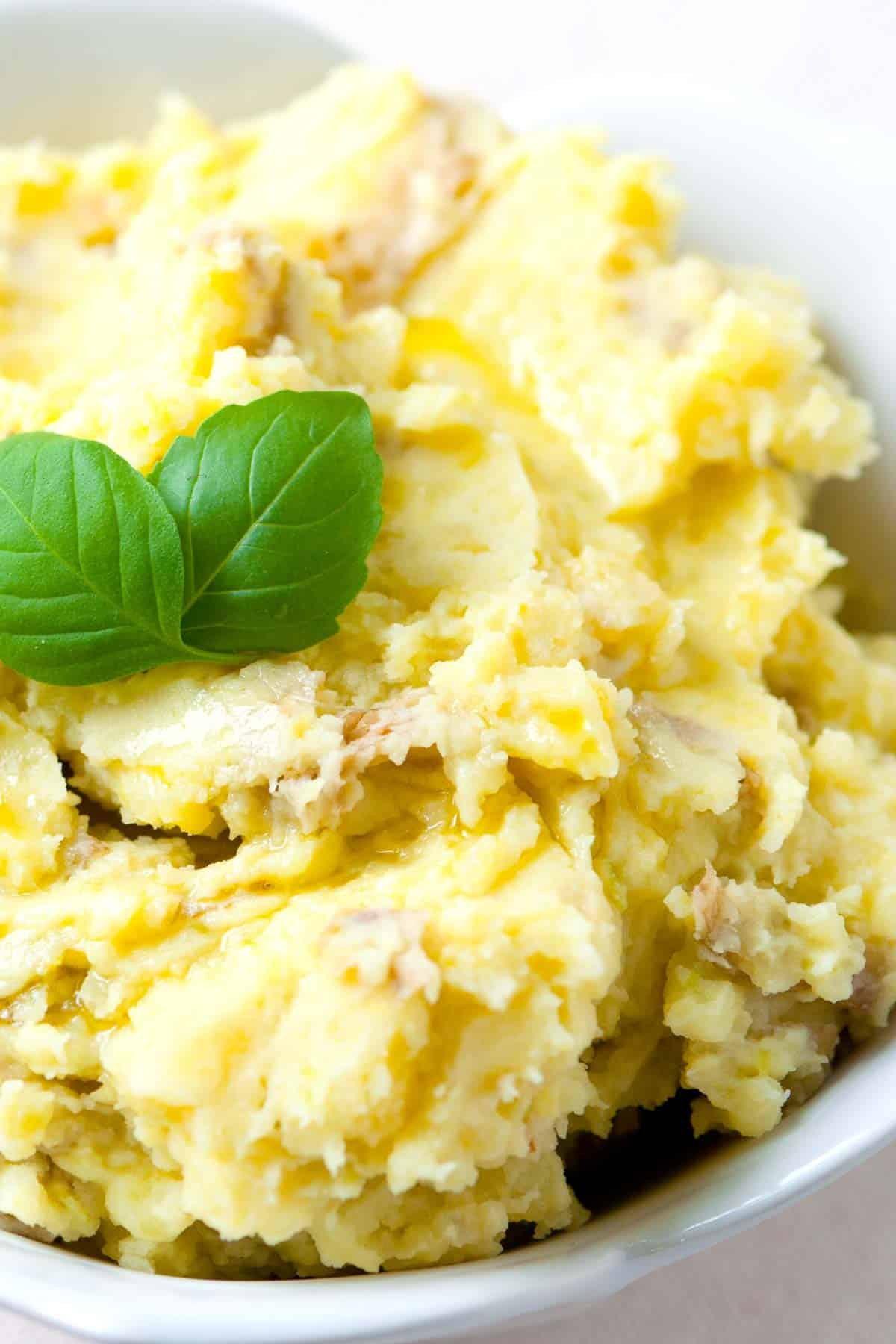How to make vegan mashed potatoes with roasted garlic and olive oil