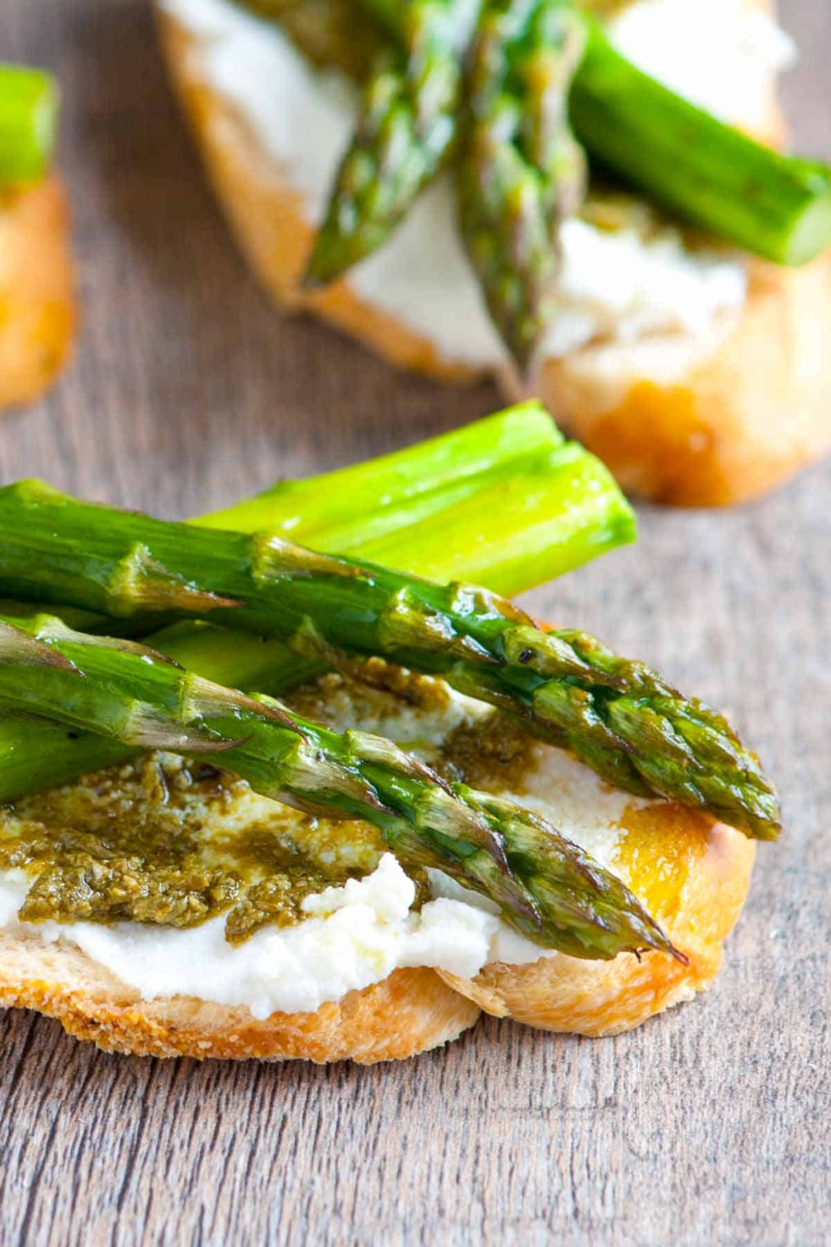 How to Make Crostini with Asparagus, Ricotta and Pesto