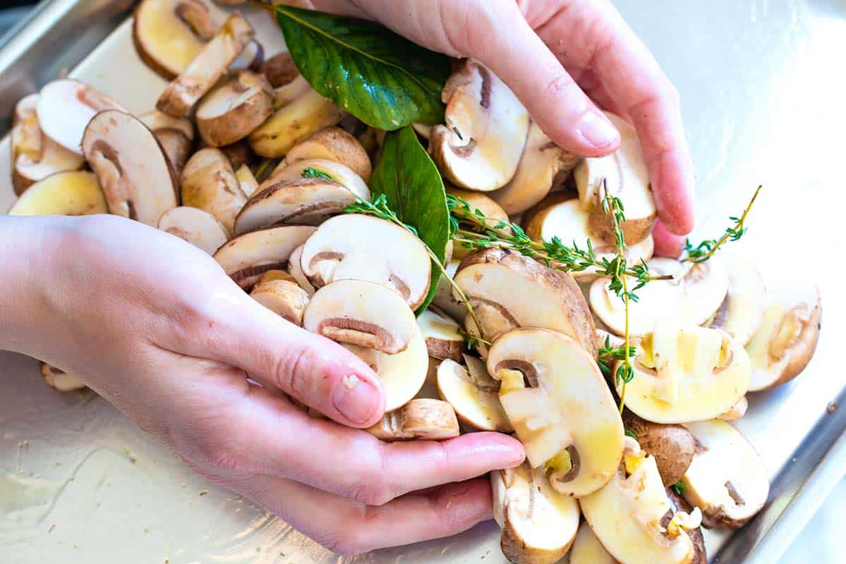 Para darle sabor, asamos los champiñones con hierbas frescas, aceite de oliva, ajo, sal y pimienta.