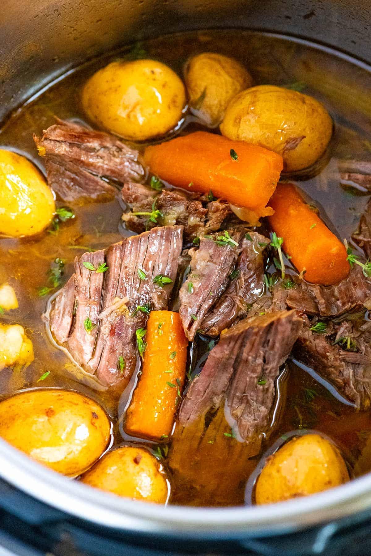 Olla asada con zanahorias y papas