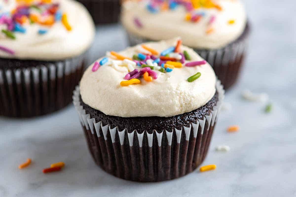 Cupcakes de chocolate fáciles con crema de mantequilla de vainilla y chispas