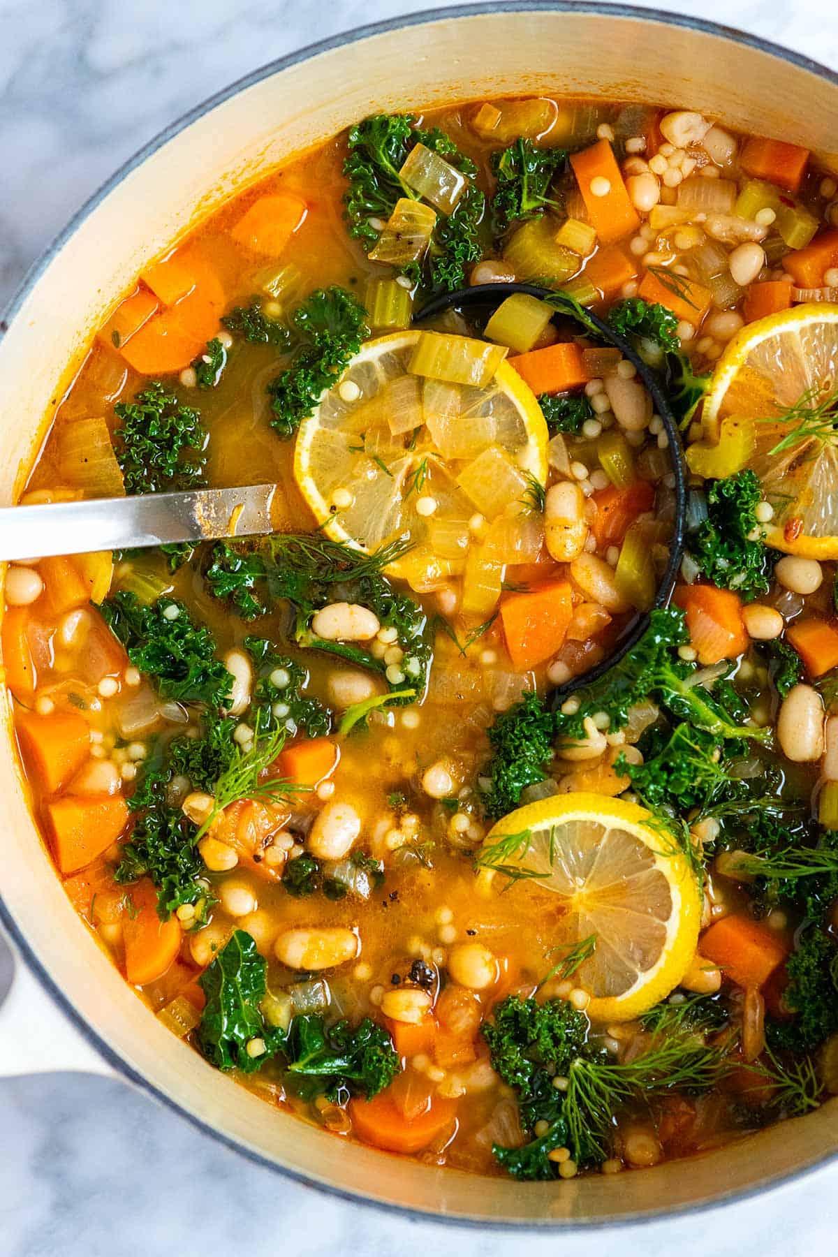 Sopa de frijoles con verduras y pasta