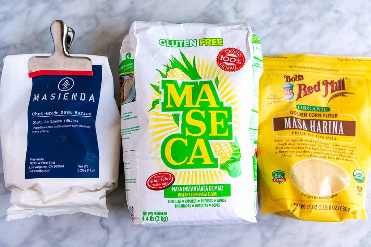Tres bolsas de masa harina: Masienda, Maseca y Bob's Red Mill